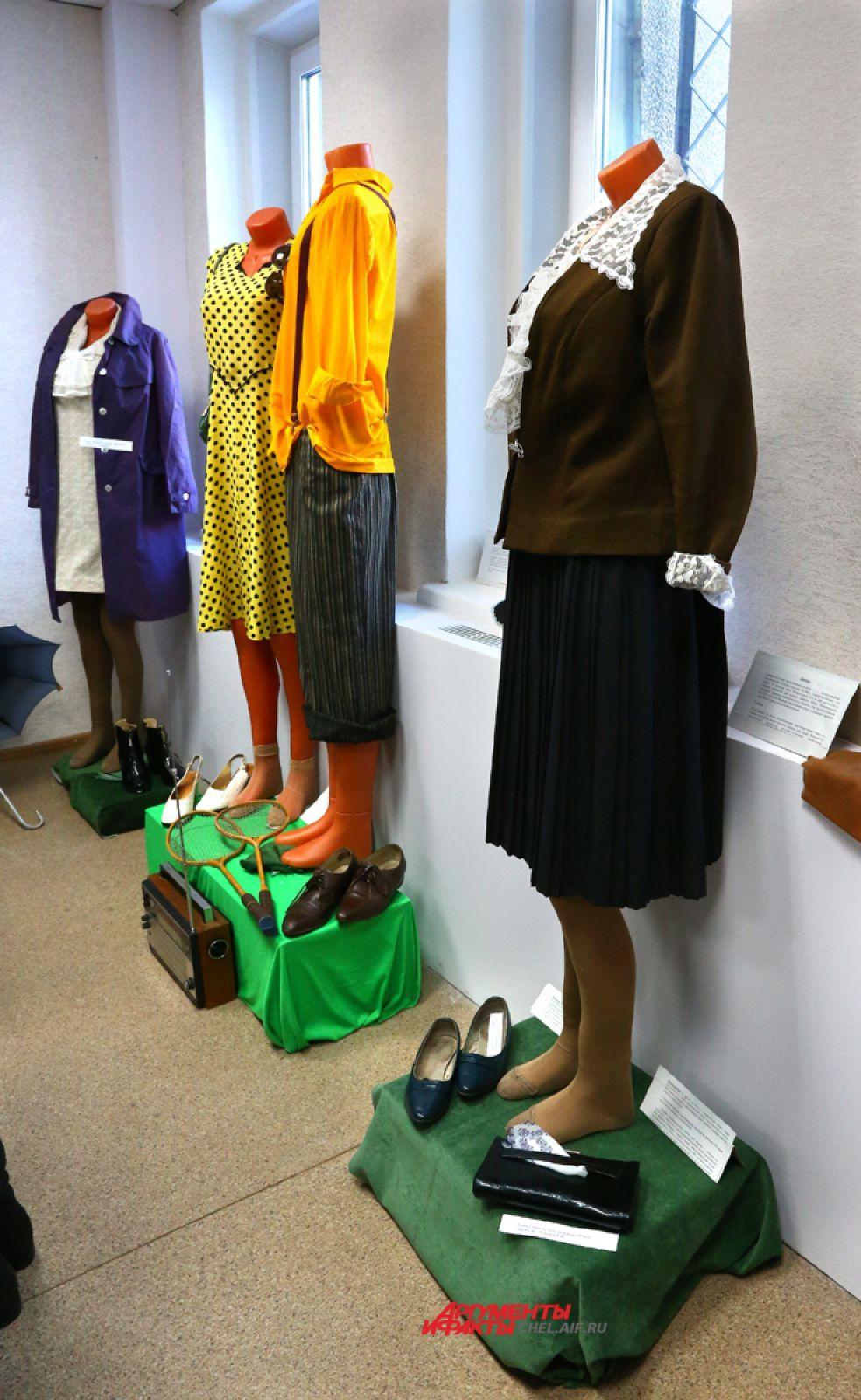 Манекены с мо делями женской и мужской одежды Представлены: деловой костюм, нарядная одежда для свидания и одежда для осени.1960-1970 годов.