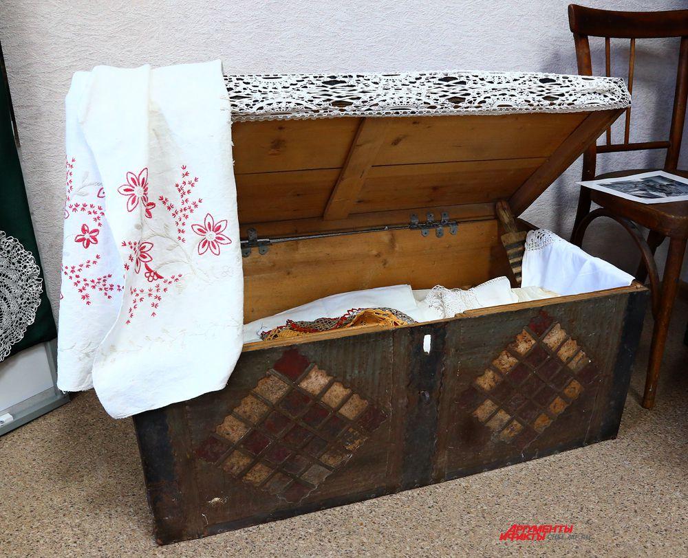 Сундук деревянный окованный металлическими пластинами с рукоделием ( вязание, вышивка и выбивка).1900-1960 годы.