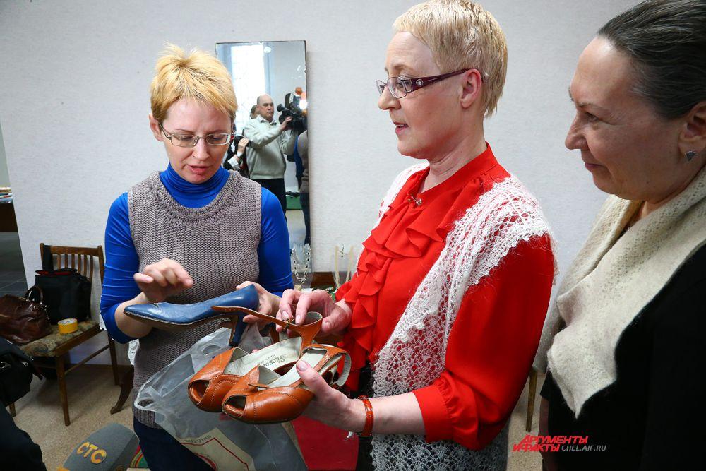 Посетители выставки с образцами обуви