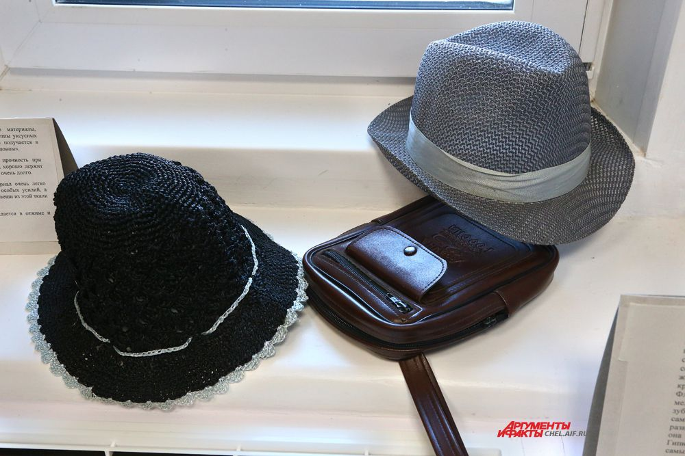 Шляпы летние: женская, вязанная крючком из капроновых нитей и мужская фабричная.Сумочка мужская.70 годы.
