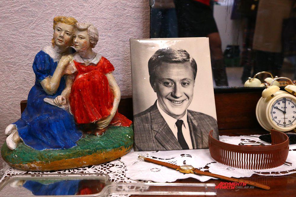 На трюмо стоит портрет киноартиста А Миронова, гипсовая статуэтка