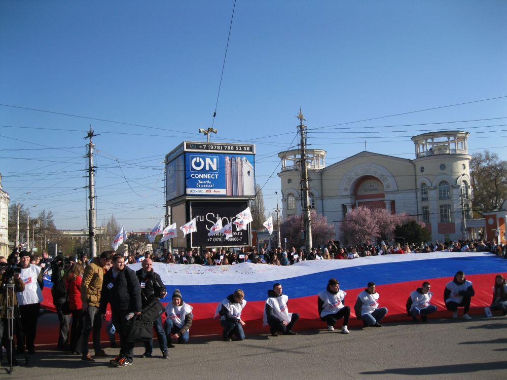 На площади Советской развернули огромный российский флаг