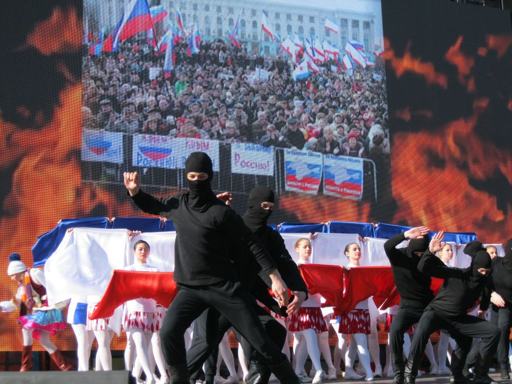 Дети разворачивают крымский флаг, символизирующий сплоченность крымчан на референдуме