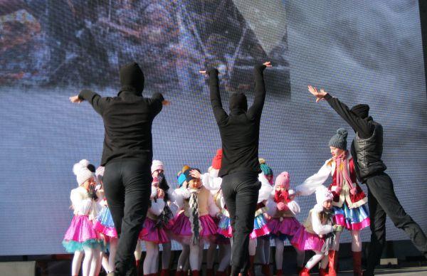 Театрализованная постановка событий Крымской весны: дети – символ мирной жизни на полуострове и люди в черном – олицетворение надвигающейся угрозы из Киева