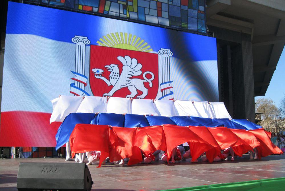А затем российский флаг – Республика Крым стала новым субъектов РФ