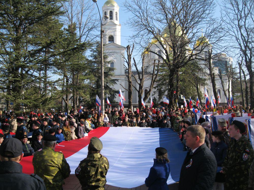 Завершилось шествие митингом на площади между крымским парламентом и собором