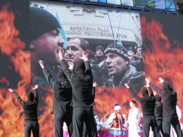 Они сменяются фотографиями столкновений перед стенами крымского парламента 26 февраля 2014 года