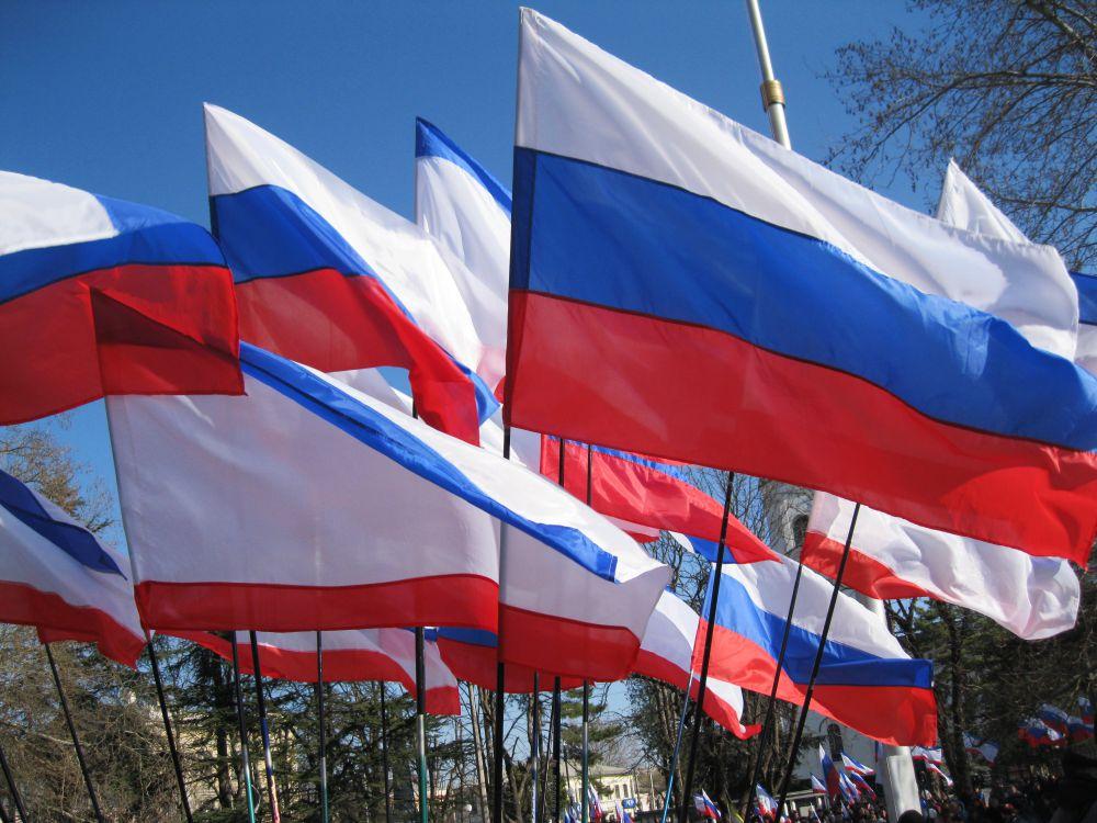 Российские и крымские флаги – неотъемлемый атрибут праздника