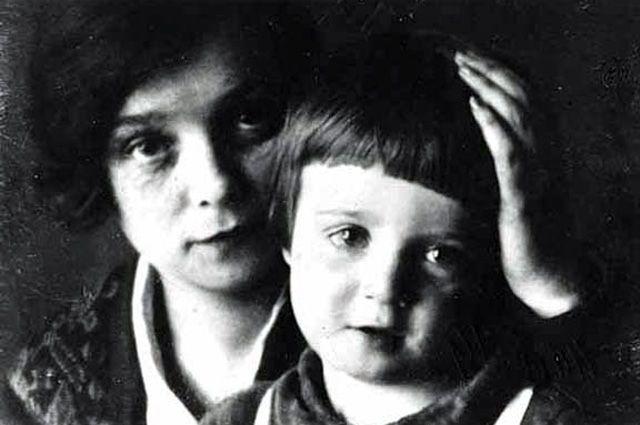 Надежда Вольпин с сыном Александром.