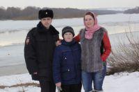 Коля и его мама Ирина со спасителем Ильёй Сусловым.