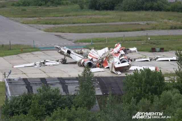Обломки польского борта №1 на аэродроме Северный в Смоленске.