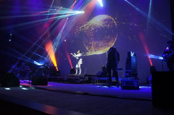 Чтобы обеспечить красочное шоу, певец привез в Пензу целый грузовик аппаратуры.