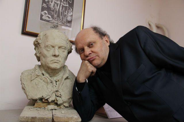 Владимир Фролов рядом со своим скульптурным портретом - работы выпускника школы Александра Свиязова.