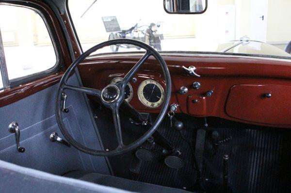 Металлические детали салона автомобиля были отделаны под дорогие сорта дерева, а сам салон имел обивку из серого или коричневого шерстяного сукна.