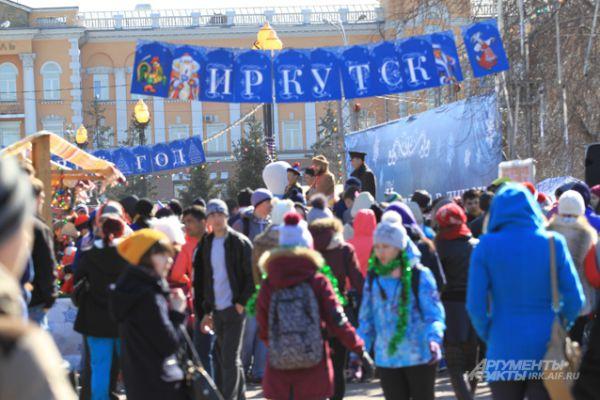 В этот день здесь собралось несколько сотен иркутян, которые были одеты в зимние куртки и шапки, ведь по сценарию снимали предновогодние дни.