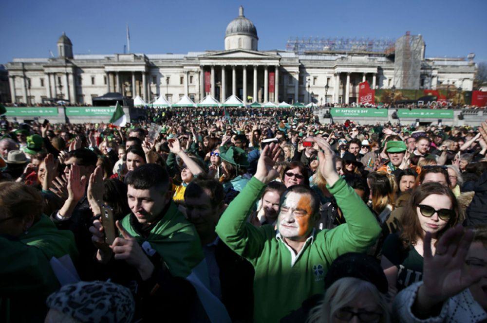 В 2008 году на День святого Патрика вода в фонтанах Трафальгарской площади была окрашена в зелёный цвет.