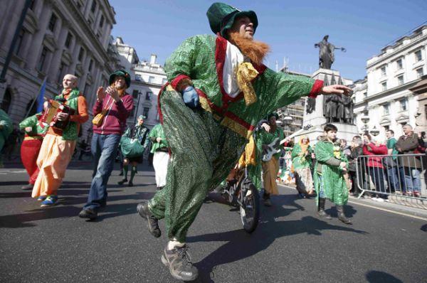 Официальным символом праздника является Трилистник, а также лепреконы и ирландские флаги.