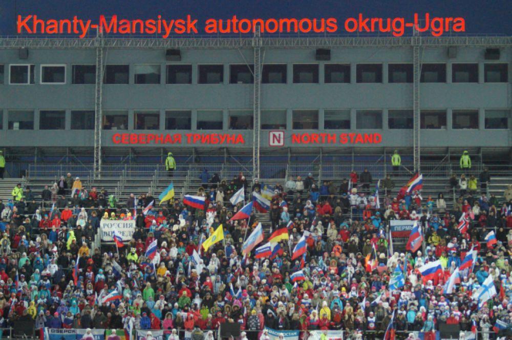 Стадион бурно поддерживал спортсменок.
