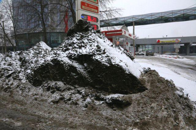 В водоёмы попадают дорожные реагенты и тяжёлые металлы, оседающие на снежных обочинах городских дорог.