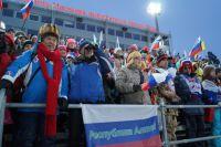 Болельщики на трибунах Центра зимних видов спорта в Ханты-Мансийске.