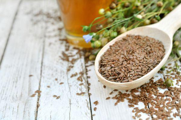 Льняное семя. За счет содержания Омега-3 успокаивает, устраняет нервное напряжение, а также улучшает работу пищеварительной системы.