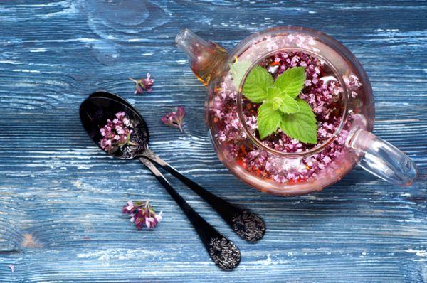 Травяной чай. Успокаивающим действием обладают настои из валерианы, мяты, ромашки, зверобоя, мелиссы, иван-чая.