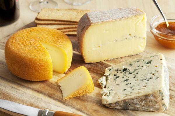 Твердый сыр. В сыре содержатся кальций, триптофан, а также витамины группы B.