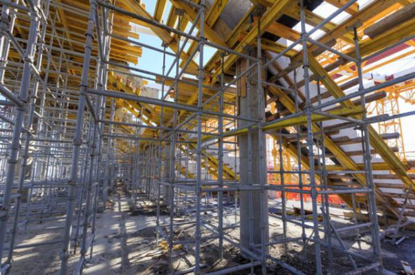 Три месяца назад здесь завершался монтаж металлического каркаса. На 18 декабря 2015-го было установлено 96% железобетонных колонн, а также 93,7% перекрытий и 87,5% стен стадиона.
