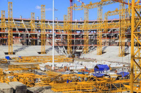 На данный момент работы по устройству наружных стен и перегородок стадиона выполнены больше, чем на треть, лестничных железобетонных маршей – на 41,6%, монолитных поясов – на 82,9%.