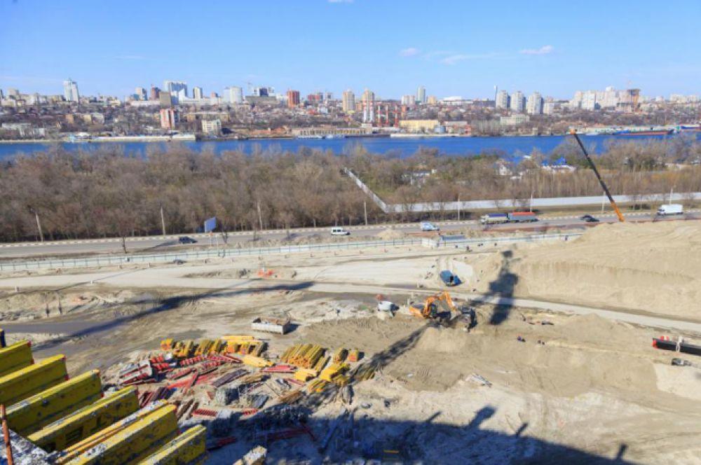В марте строители приступили к возведению электроподстанции «Спортивная» для энергообеспечения стадиона. На этот объект предусмотрено около 1,24 млрд рублей, завершить его строительство планируется в апреле 2017 года.