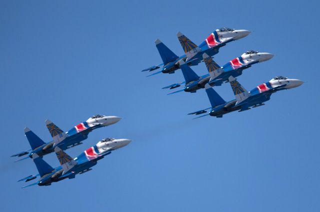 Выступление пилотажной группы «Русские Витязи» на самолетах Су-27.