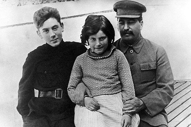 И.В. Сталин со своими детьми - Светланой и Василием. 1930-е годы. Фото из личного архива Е. Коваленко.