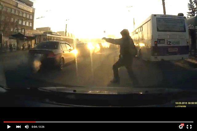 Пешеход рискует попасть под колёса.