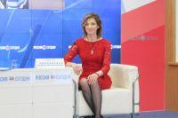 В честь праздника Наталья Поклонская сменила генеральский китель на красное платье