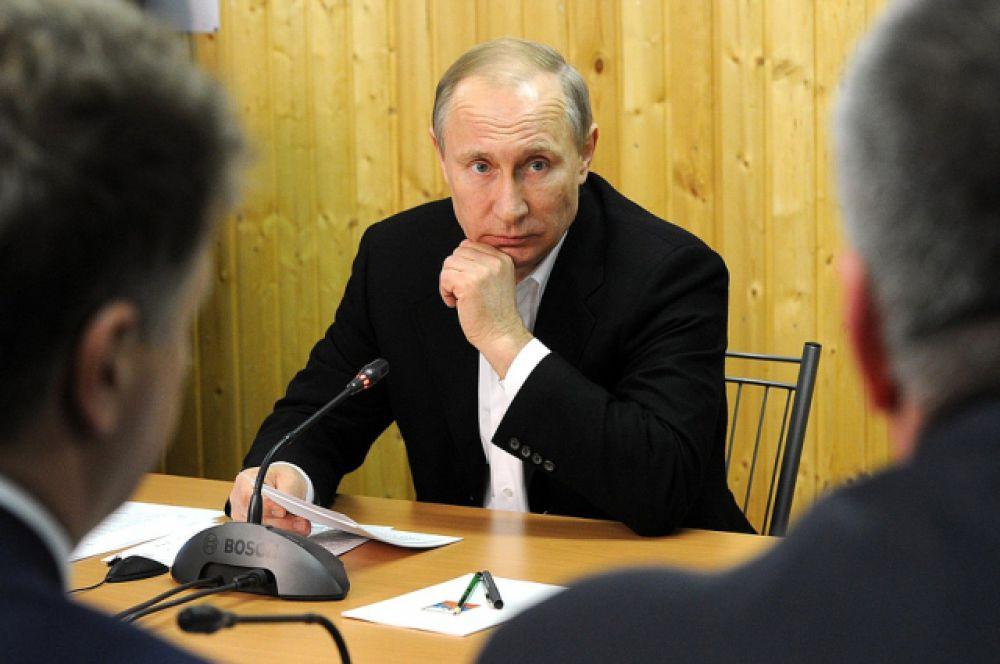 Путин напомнил, что принята Федеральная целевая программа социально-экономического развития Крыма иСевастополя напериод до2020года собъёмом финансирования 708 миллиардов рублей.