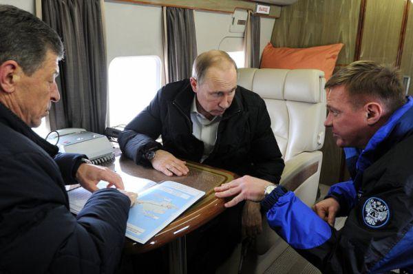 C вице-премьером РФ Дмитрием Козаком (слева) и руководителем Федерального дорожного агентства Романом Старовойтом