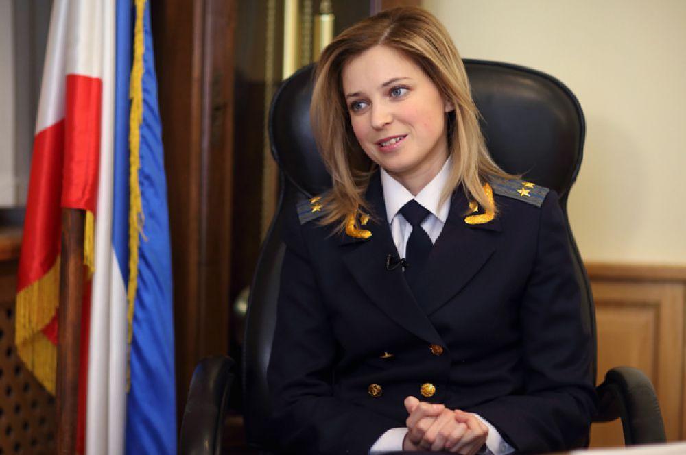 Как правило, Наталья Поклонская носит прокурорскую форму. В своем рабочем кабинете в Симферополе, 14 марта 2014 года. Однако иногда она позволяет себе отступить от строгого дресс-кода.