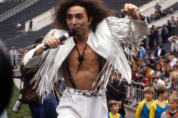 Эстрадный певец Валерий Леонтьев выступает на Центральном стадионе в Лужниках в перерыве футбольного матча между командами правительства России и правительства Москвы. 1992 год