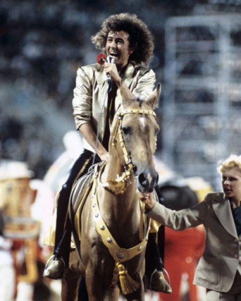 Валерий Леонтьев выступает на заключительном концерте Двенадцатого Всемирного фестиваля молодежи и студентов на Центральнонм стадионе имени Ленина. 1985 год