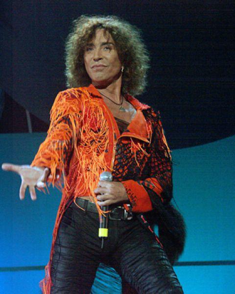 Выступает эстрадный певец Валерий Леонтьев. 2004 год