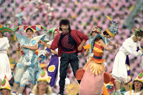 Советский эстрадный певец Валерий Леонтьев на торжественной церемонии открытия первых Игр доброй воли на Центральном стадионе имени Ленина в Москве (ныне Олимпийский комплекс «Лужники»). 1986 год