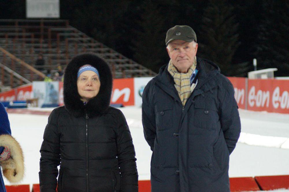 Победителя и призёров награждали губернатор Югры Наталья Комарова и президент IBU Андерс Бессеберг.