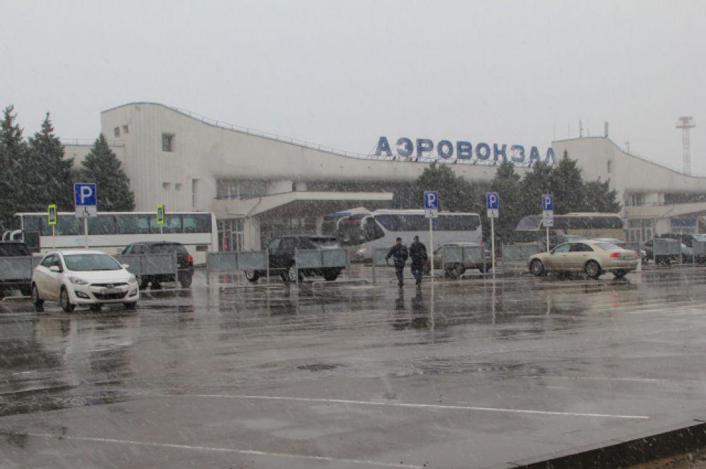 Утром 19 марта в Ростове пошел снег. Аэропорт прекратил работу. Автобусы забирают пассажиров и повезут их на запасной аэропорт в Краснодар.
