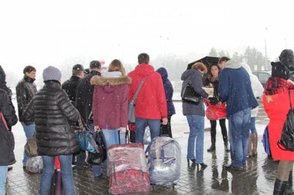Пассажирам пришлось промокнуть под весенним снегом, но никто не высказывал недовольства.