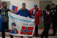 Болельщики встречают Уле-Эйнара Бьорндалена в аэропорту Ханты-Мансийска.
