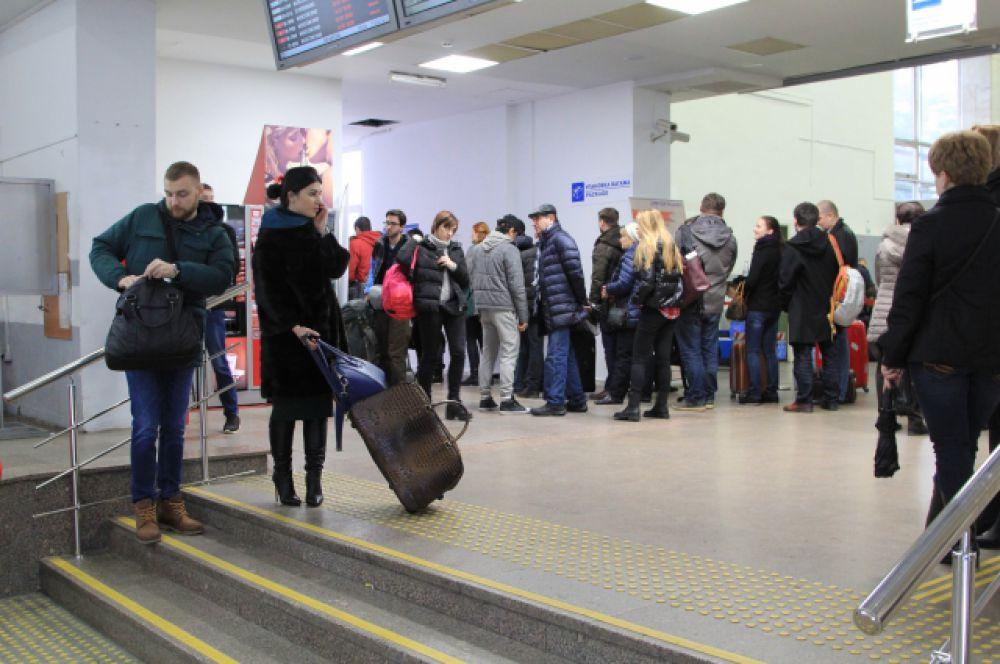 Очередь пассажиров, которые переоформляют билеты. Одним предлагают гостиницу, других приглашают полететь на следующий день, а третьи – отправятся на автобусе в Краснодар, на другой аэропорт для вылета