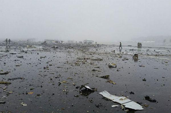 Место катастрофы Boeing-737-800 в аэропорту Ростова-на-Дону.