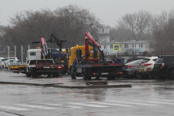 На подъездах к аэропорту работают эвакуаторы, по периметру объекта дежурят полицейские с автоматами.