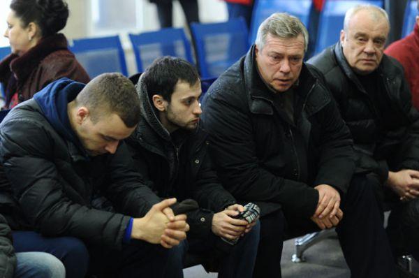Губернатор Ростовской области Василий Голубев (второй справа) с родственниками пассажиров самолета Boeing-737-800, который разбился при посадке в аэропорту Ростова-на-Дону.