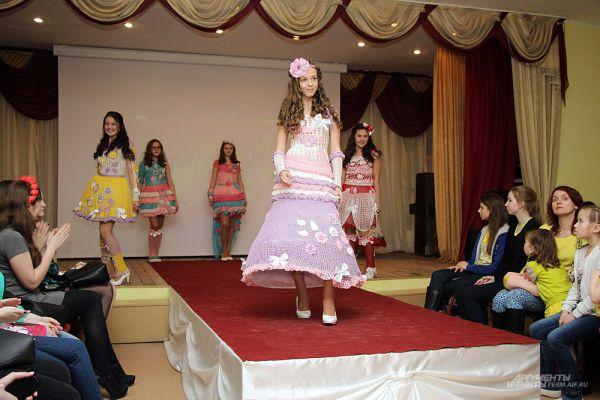 Пока участницы готовились к следующей части конкурса, на сцене пермские музыкальные и танцевальные коллективы устроили свой показ моды.